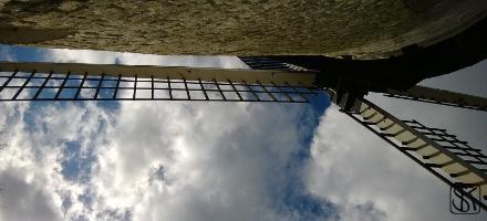 Pfad Mühle und Himmel
